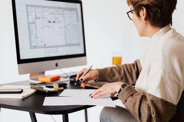 كيف تتم مراجعة المخططات الهندسية المتعلقة بالبناء؟